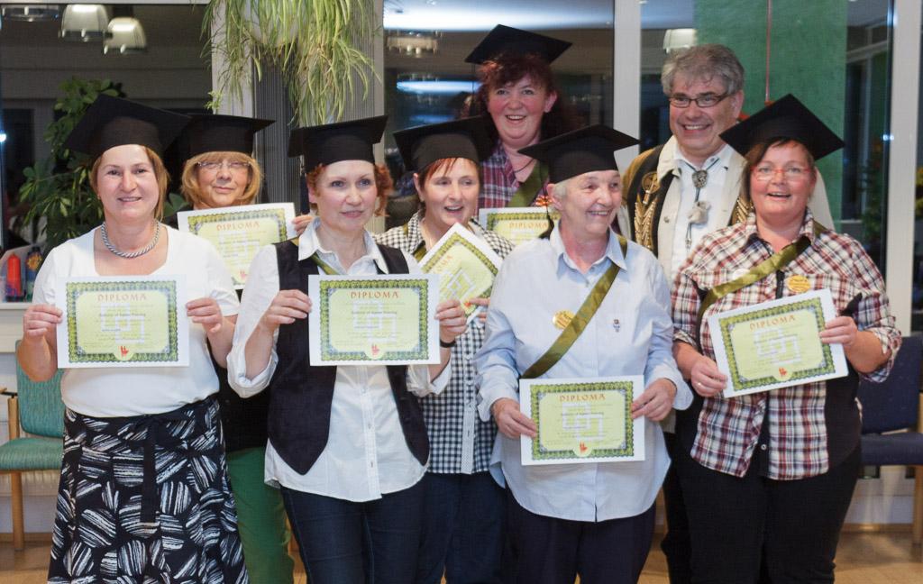 die sieben frisch Graduierten mit Caller Joe Koschig